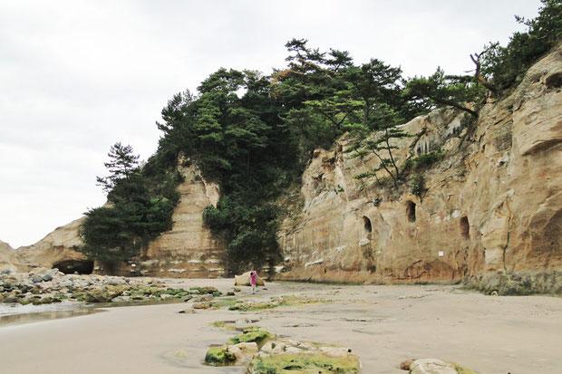大震災前の2010年11月の撮影。 岩山の頂上から下にかけて樹木が生い茂っていた