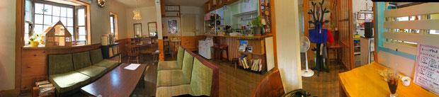 さほど広くはないが、落ち着く店内(パノラマ撮影)