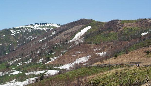 八間山も上部には雪が残っていました