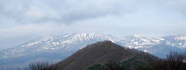 暮坂峠近くの牧場から草津・本白根山方面を望む 2005.5.2(この写真のみ撮影日が異なります)