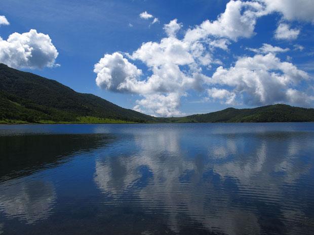 澄み切った野反湖の水は、空の色を映し出し刻々と色が変わります