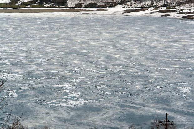 強風にさらされつつ氷結したためか、氷には複雑な模様が刻まれています。