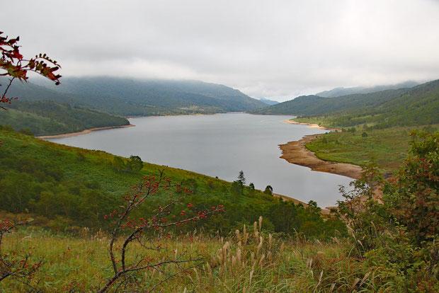 見飽きることのない野反湖の風景。 湖面は空の色を反映します。 ここに来ると心が落ち着く