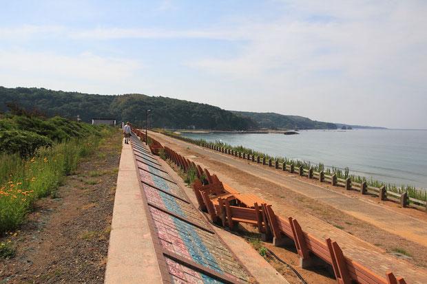 世界一長いベンチは、宿の眼の前の海岸にあった。 全長約460m、よく作ったものだ!