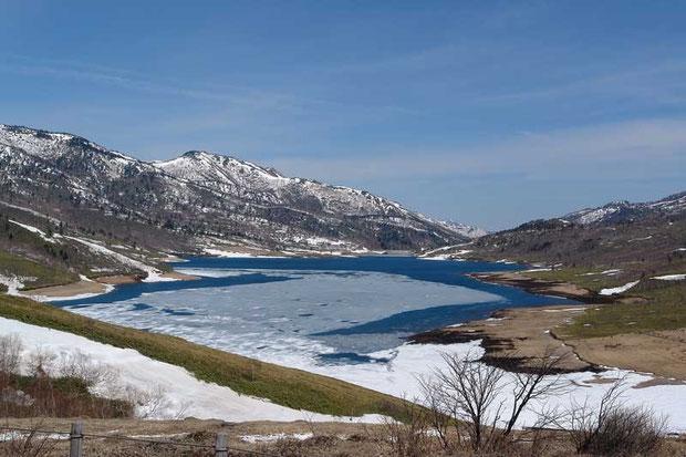 澄んだ青空を映した湖水と氷のコントラストが最高! 2007年4月29日