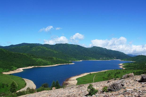 野反湖の澄んだ湖水は、空の色を映して変化する。 快晴なら驚くような深い青になることも。