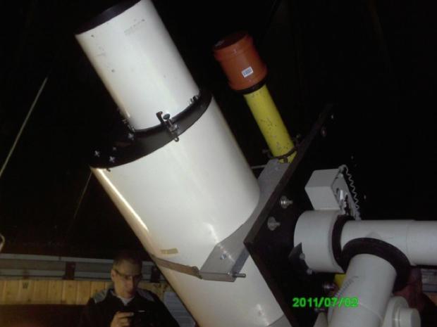 Klaus Weinhold begutachtet den 20cm-Schaer-Refraktor in Cassel-Calden