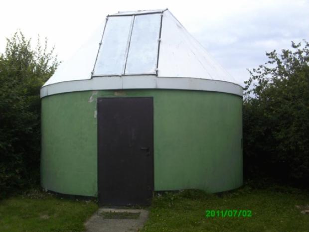 Eine der beiden Selbstbau-Kuppeln aus den 80er-Jahren in Kassel-Calden