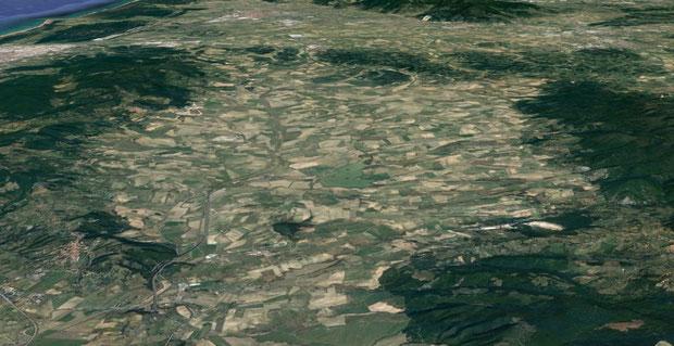 Vallata di Orciano Pisano. Si nota il lago di Santa Luce al centro; Orciano è più a nord di esso.
