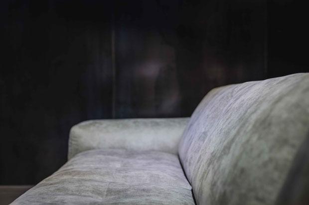 WOLKE Sofa mit zeitlos grauem Bezug