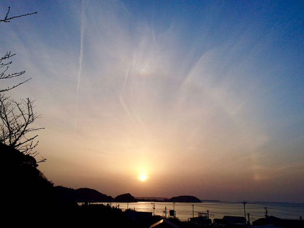 福岡県糸島市、夕日と日暈。 Halo ヘイロー