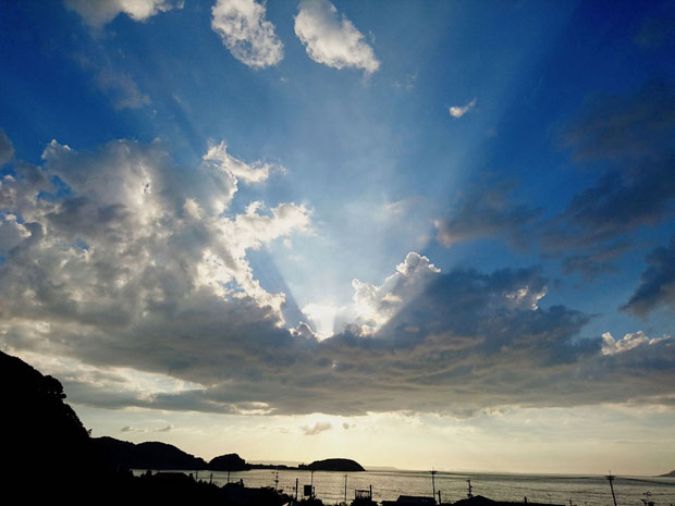 福岡県糸島市の夕日、太陽光線 Crepuscular rays, sunbeams