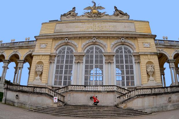 Guenter Mokulys auf den Stufen von Gloriette im Park Schönbrunn / Wien