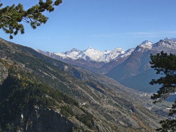 Felsensteppenartige Landschaft oberhalb Hohtenn. Im Hintergrund das Bortelhorn.