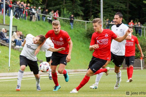 Kampf um jeden Meter im Mittelfeld. Roman Herdt hat es gleich mit zwei SVB Spielern zu tun.