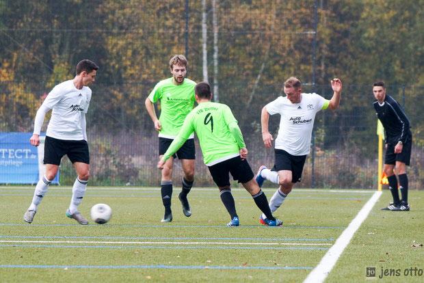 Ivo Pfalz und sucht Kapitän Micha Rübe im Mittelfeld des Gruppenliga Derbys gegen den VfB Wetter