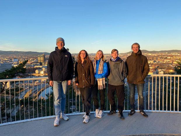 Elske und Franka besuchen die Bergen Praktikanten (v.l.: Paul, Elske, Franka, Tim, Jonas)