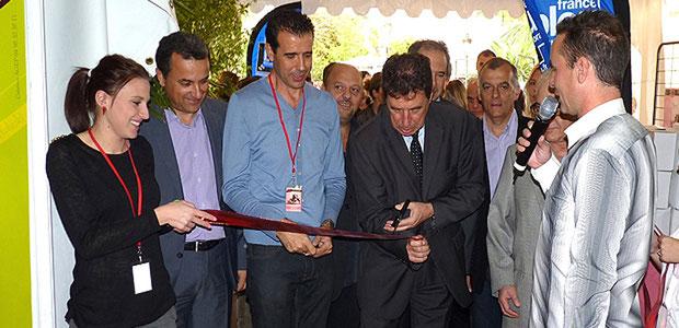 Emile Zucarelli coupe le ruban traditionnel sous le regard intéressé de Paul Pierinelli et François Tatti.