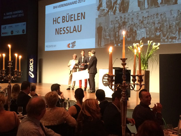 Peter Ruf und sein Nachfolger Marco Tschirky nehmen den Vereins-Award in Empfang