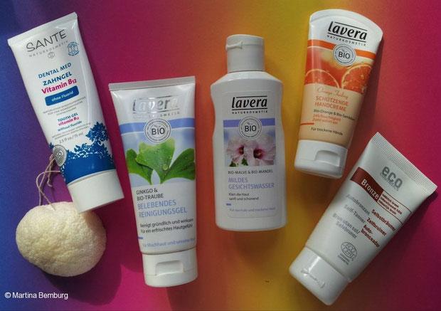 Von links nach rechts ein Konjac-Schwamm, Zahngel von Sante, Reinigungsgel, Gesichtswasser und Handcreme von lavera und Selbstbräuner von eco cosmetics.