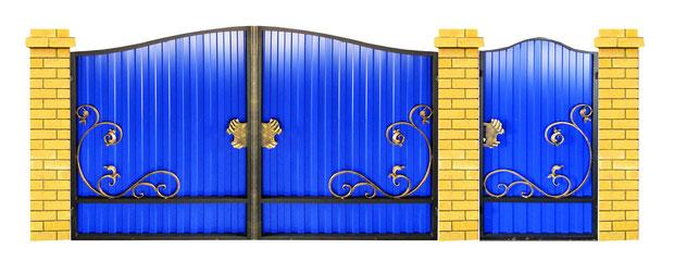 Кованые ворота на синем профлисте