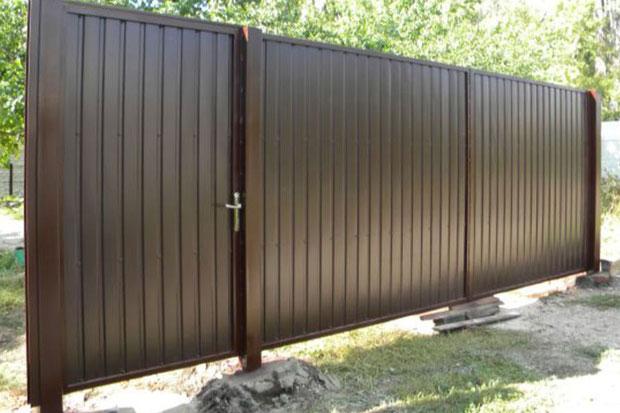 Ворота обшитые коричневым проф-листом