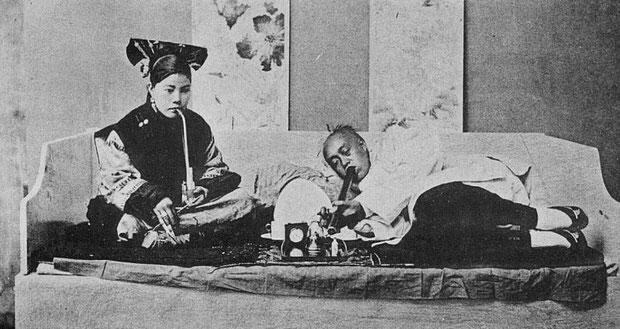 Fumeur d'opium. Émile BARD (18xx-) : Les Chinois chez eux. Armand Colin, Paris, 1899.