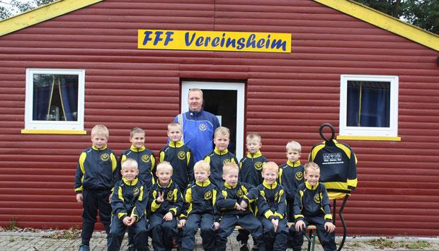 Die F-Jugend am 16. Oktober 2013 mit gesponserten Trainingsanzügen.