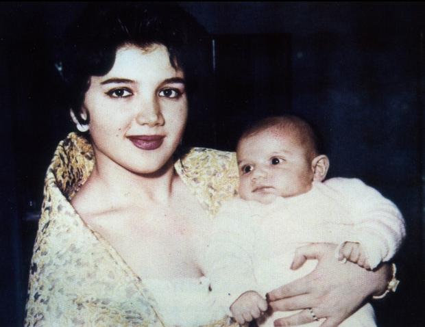 LE PRINCE , à 5 mois, dans les bras de sa mère, la belle princesse Mona.