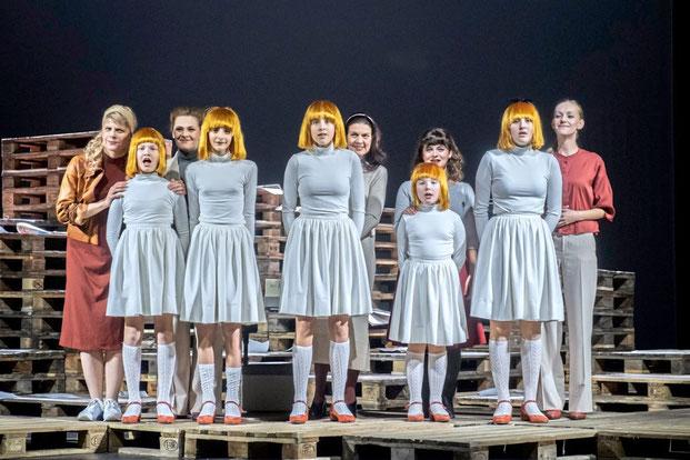 Szenenfoto Landestheater Tirol 2019, Ensemble mit Kinderchor (c) Rupert Larl