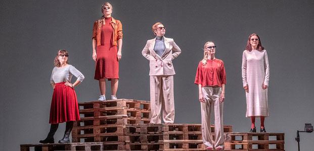 Szenenfoto Landestheater Tirol 2019, Ronja Forcher, Antje Weiser, Sara Nunius, Marion Fuhs, Janine Wegener (c) Rupert Larl