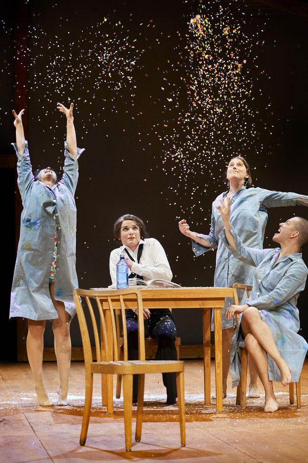 Szenenfoto Landestheater Vorarlberg 2020, Maria Lisa Huber, Katrin Hauptmann, Johanna Köster u. Luzian Hirzel (c) Anja Köhler