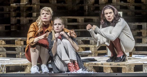 Szenenfoto Landestheater Tirol 2019, Antje Weiser, Marion Fuhs u. Janine Wegener (c) Rupert Larl