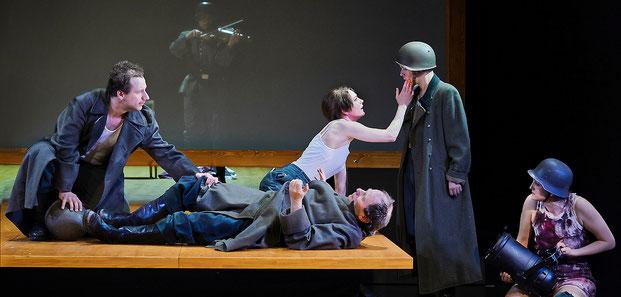 Szenenfoto Landestheater Vorarlberg 2020, Felix Defèr, Katrin Hauptmann, Christoph Hohmann, Luzian Hirzel u. Maria Lisa Huber (c) Anja Köhler