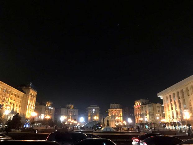 Der Majdan in Kiew, markiert durch Luxus, Autolärm und politischen Widerstand.