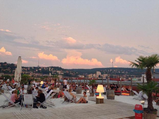В самом центре Штутгарта очень приятно зарыться ножками в песочек (credits: Google Images)