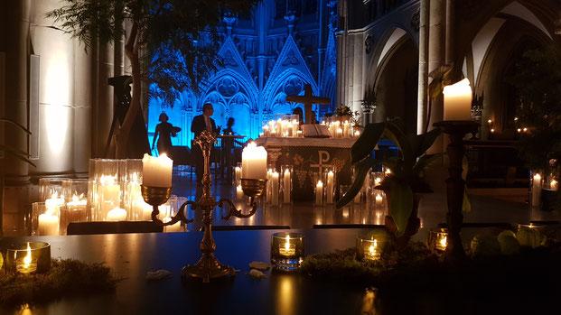 Чтобы на алтарь ненароком не поставили алкоголь, организаторы украшают его свечами до отказа