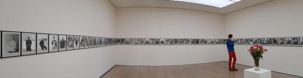 Если встать у той фотографии, которая соответствует вашему возрасту, справа будет видно, сколько вам в лучшем случае осталось жить. 100 years. Hans-Peter Feldmann. Kunstmuseum Stuttgart