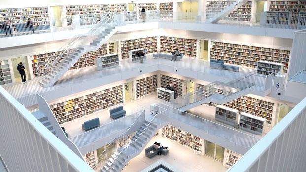 Оказавшись на 8 этаже, можно спускаться по лестницам вниз и разглядывать книги по пути