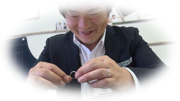 完成した結婚指輪に感動する