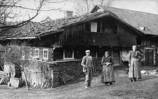 Der Frommrieder Mühle um 1910 aus östlicher Richtung. Interessant sind die Bruchsteine auf dem Schindeldach und die Mühlsteine am linken Bildrand. (Foto: Privatbesitz M. Jäger)