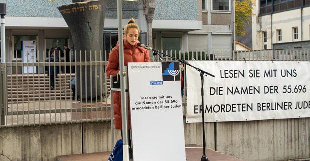 Jedes Jahr werden vor der Jüdischen Gemeinde zu Berlin die Namen der 55.696 ermordeten Berliner Juden_innen vorgelesen.