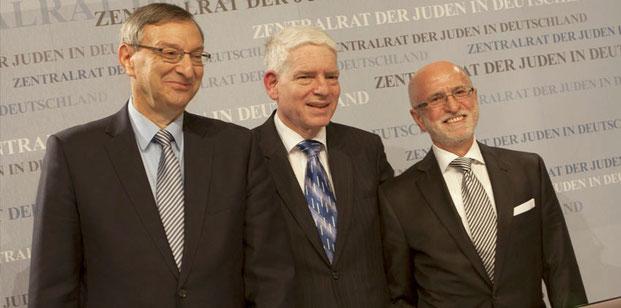 Zentralratspräsident Dr. Josef Schuster (Mitte) mit seinen beiden Stellvertretern Abraham Lehrer (l.) und Mark Dainow (r.) Foto: A. Beygang