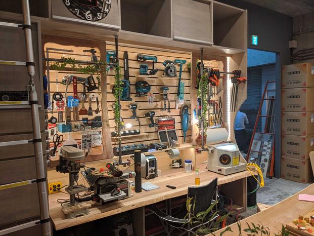 自作の電動工具棚。一枚板に見えるような加工等、遠藤さんのこだわりが随所にみられます。