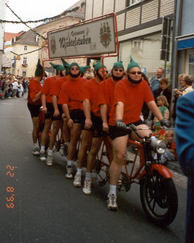 Erntefestumzug 2000. Werbefahrt für das Restaurant Wichtelstuben aus Ermschwerd
