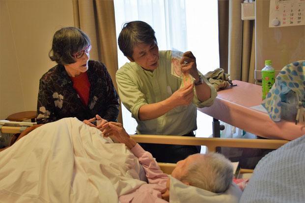 2016年9月21日(水)高松市のAさんご夫妻をお訪ねした時の一枚です。恵老祝福の絵手紙を牧師が解説?しています。