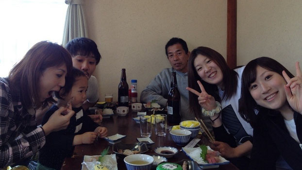 (右)阿部選手(右から2番目)吉田選手とご家族