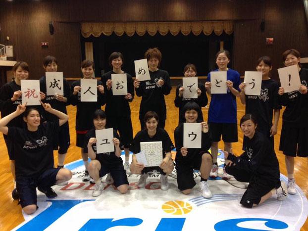 加藤選手が持っている色紙は、応援職場である新事業推進室の皆さんから頂きました!