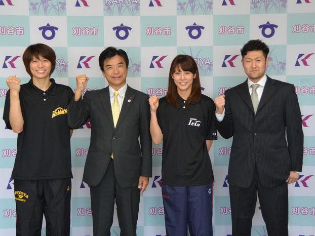 (左から)トヨタ紡織長部選手、鈴木副市長、デンソー大庭選手、アイシン橋本選手