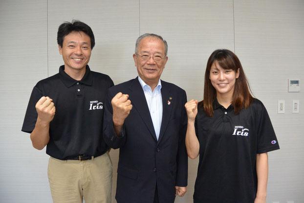 (左から)小嶋ヘッドコーチ、竹中市長、大庭キャプテン